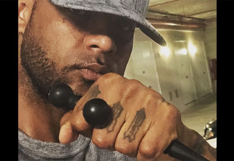 Booba victime d'un photo-montage, au lit avec une fan ! [Photo]