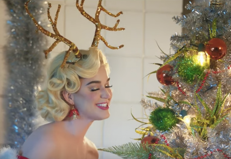 Katy Perry dévoile le clip de « Cozy Little Christmas »!
